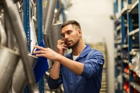 Mécanicien automobile au téléphone tout en travaillant